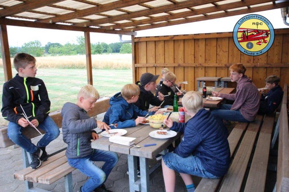 Luftsportverein Hude LSV - Modellfluggruppe - Ferienspass 2019 - begeisterte Kinder am Flugplatz